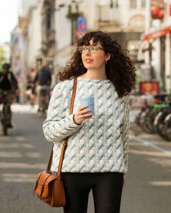 Duurzame BRAVO sweater en herbruikbare bilie cup werken samen.