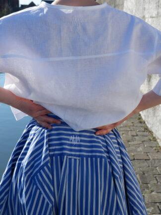 Rok OSCAR in hemden stof, blauw en wit, gerecycleerd textiel van Ecoso, sociaal en lokaal geproduceerd, fashion in Gent.