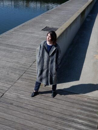 Longsleeve jas LIMA in interieurstof, grijs, gerecycleerd textiel van Annabel Textiles, sociaal en lokaal geproduceerd.