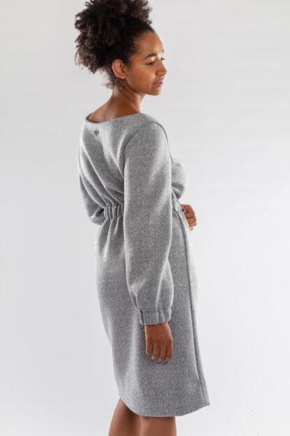 Jurk CHARLIE van matrassencover, grijs, gerecycleerd textiel van Bekaert Deslee, sociaal lokaal geproduceerd.