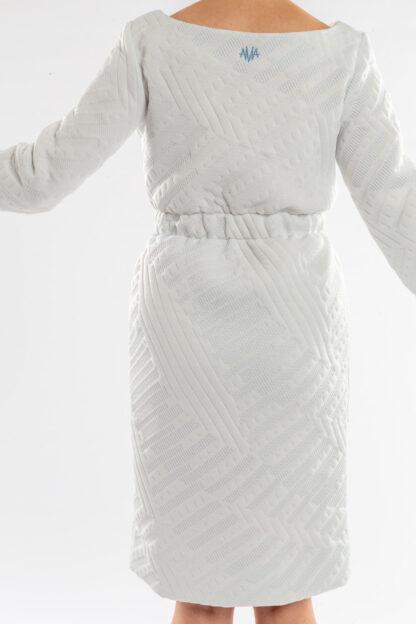 Jurk CHARLIE van matrassencover, wit, gerecycleerd textiel van Bekaert Deslee, sociaal lokaal geproduceerd.