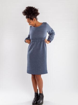 Jurk CHARLIE van matrassencover, blauw, gerecycleerd textiel van Bekaert Deslee, sociaal lokaal geproduceerd.