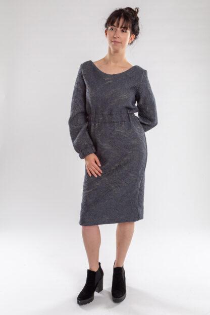 Jurk CHARLIE van matrassencover, blauwgrijs, gerecycleerd textiel van Bekaert Deslee, sociaal lokaal geproduceerd.