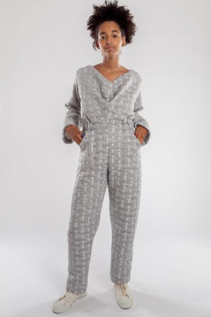 Jumpsuit ECHO van matrassencover, lichtgrijs, gerecycleerd textiel van Bekaert Deslee, sociaal lokaal geproduceerd.