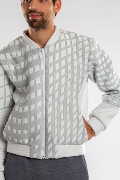 Longsleeve bomberjacket GOLF van matrassencover, wit, gerecycleerd textiel van Bekaert Deslee, sociaal lokaal geproduceerd.