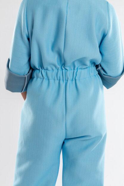 Jumpsuit ECHO van matrassencover, lichtblauw, gerecycleerd textiel van Bekaert Deslee, sociaal lokaal geproduceerd.