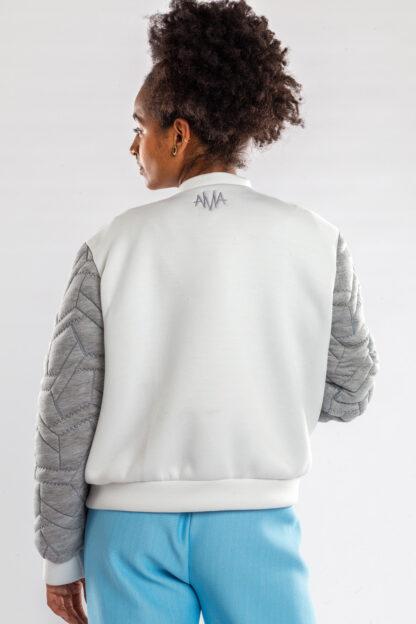Longsleeve bomberjacket GOLF van matrassencover, grijs en wit, gerecycleerd textiel van Bekaert Deslee, sociaal lokaal geproduceerd.