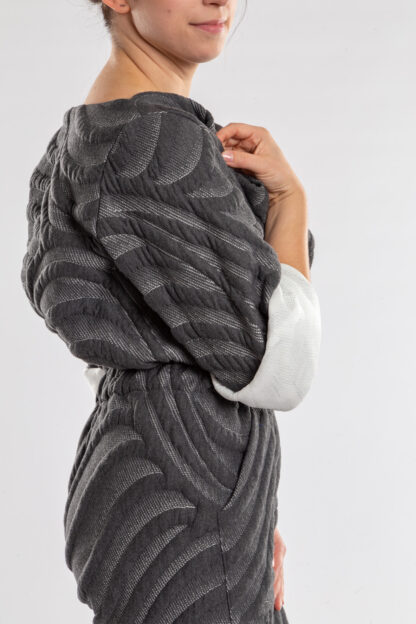 Jumpsuit ECHO van matrassencover, antraciet, gerecycleerd textiel van Bekaert Deslee, sociaal lokaal geproduceerd.