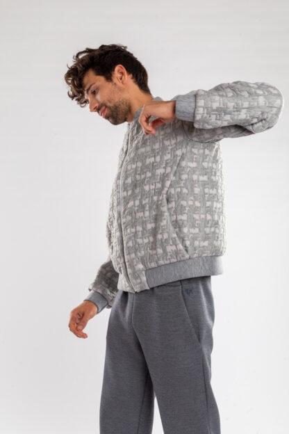 Longsleeve bomberjacket GOLF van matrassencover, licht grijs, gerecycleerd textiel van Bekaert Deslee, sociaal lokaal geproduceerd.