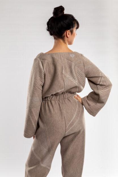 Longsleeve jumpsuit ECHO van matrassencover, beige, gerecycleerd textiel van Bekaert Deslee, sociaal lokaal geproduceerd.