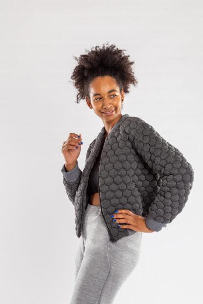 Longsleeve bomberjacket GOLF van matrassencover, honinggraad grijs, gerecycleerd textiel van Bekaert Deslee, sociaal lokaal geproduceerd.