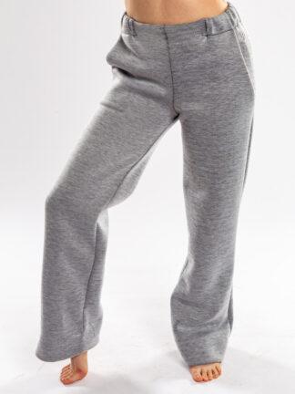 Broek FOXTROT van matrassencover, grijs, gerecycleerd textiel van Bekaert Deslee, sociaal lokaal geproduceerd.