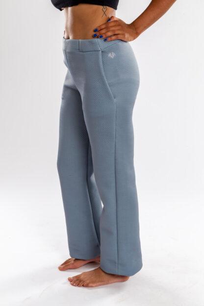 Broek FOXTROT van matrassencover, grijsblauw, gerecycleerd textiel van Bekaert Deslee, sociaal lokaal geproduceerd.