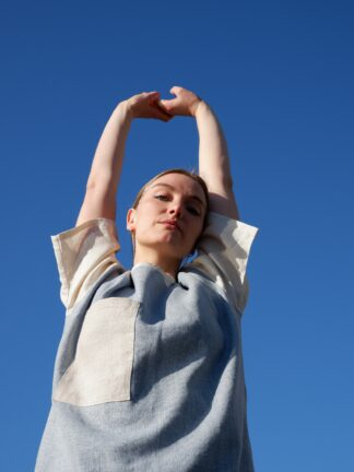 shortsleeve T-shirt HOTEL in linnen, lichtblauw en wit, gerecycleerd textiel van Libeco, genderneutraal.