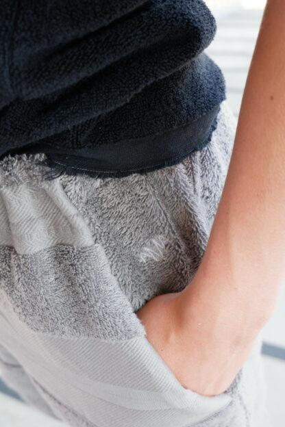short ROMEO in handdoekstof, detailfoto, grijs, gerecycleerd textiel van Clarysse, sociaal en lokaal geproduceerd