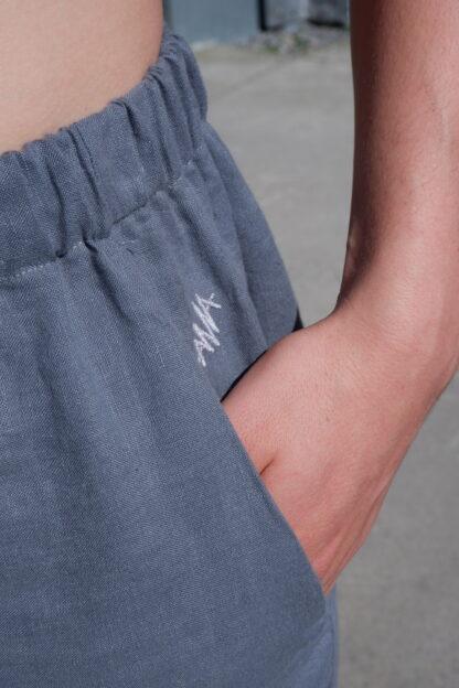 Short ROMEO in linnen, grijs, detail, gerecycleerd textiel van libeco, lokaal en sociaal, ikkooplokaal