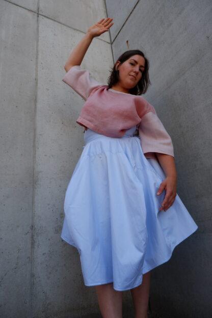 rok en top SIERRA en OSCAR, in linnen en hemden, roze en blauw, gerecycleerd textiel van LIBECO, sociaal en lokaal geproduceerd