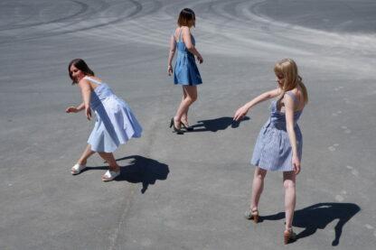 Shortdress TANGO in gerecycleerde hemden, blauwtinten, sociaal en lokaal geproduceerd