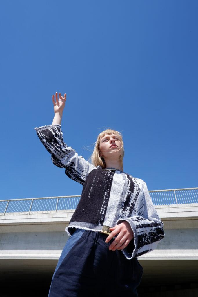 sweater JULIETT in handdoekstof, zwart-wit-print, gerecycleerd textiel van Clarysse, sociaal en lokaal geproduceerd