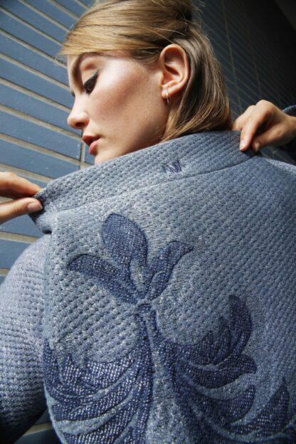 fashion, korte keten, ethical, duurzaam, circular, vestje, women, detail, logo, bloem, print, blauw