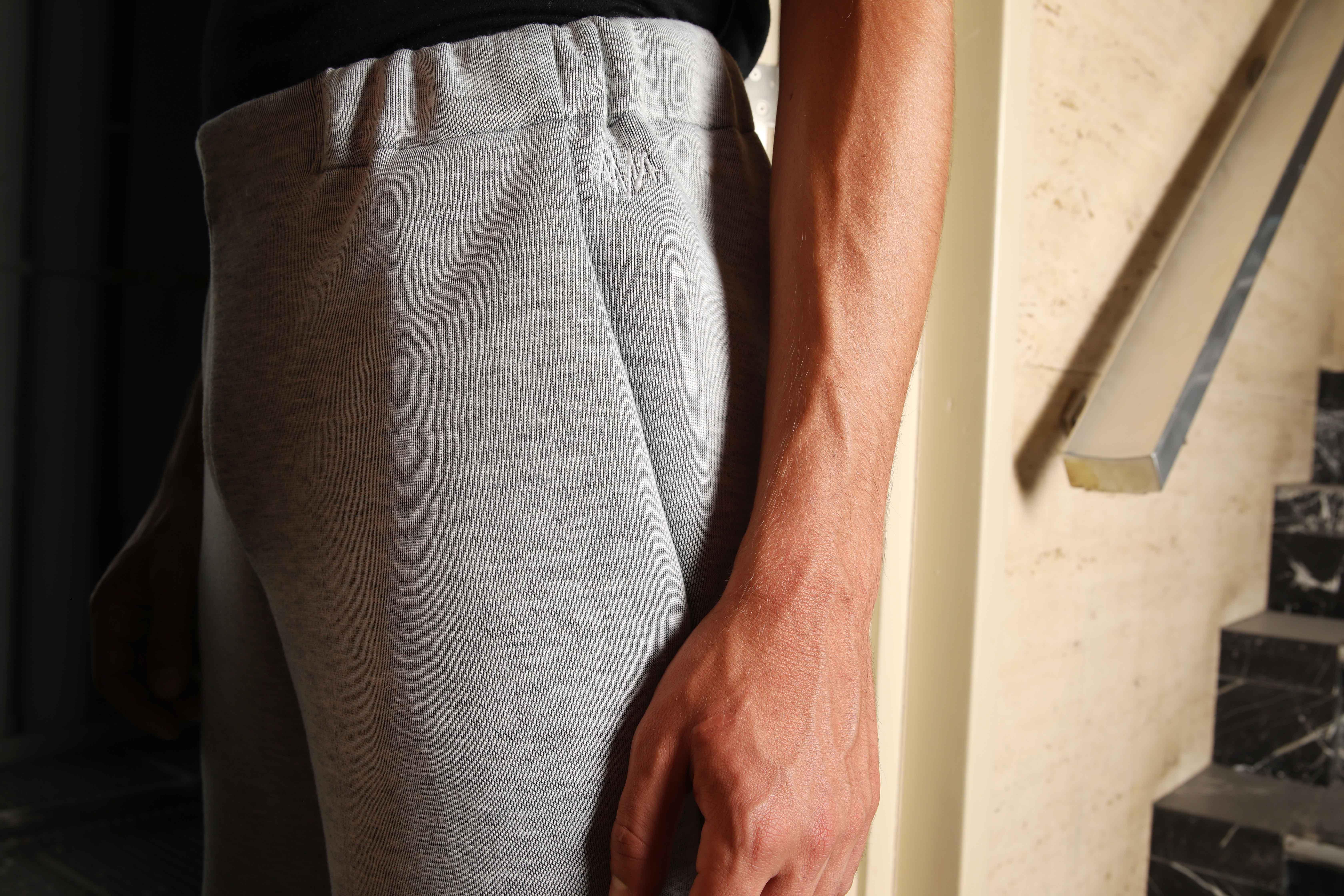 fashion, kledij, conscious, duurzaam, lokaal, unisex, men, broek, grijs, detail, logo, steekzak