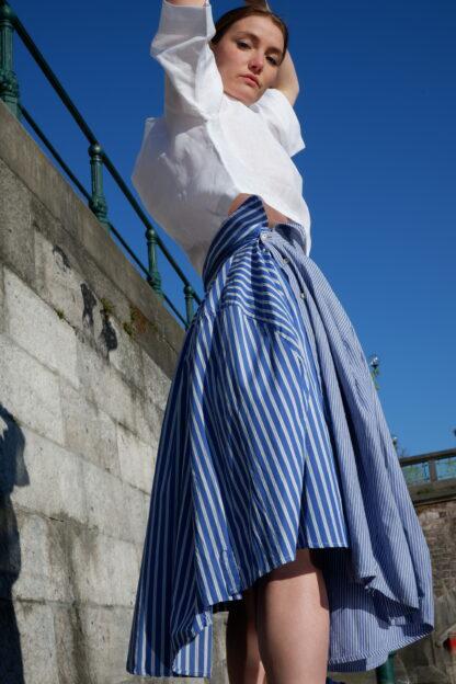Rok OSCAR in hemden stof, blauw, gerecycleerd textiel van Ecoso, sociaal en lokaal geproduceerd, belgisch ontwerp.