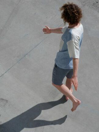 shortsleeve T-shirt HOTEL in linnen, wit en blauw, gerecycleerd textiel van libeco, sociaal lokaal geproduceerd.