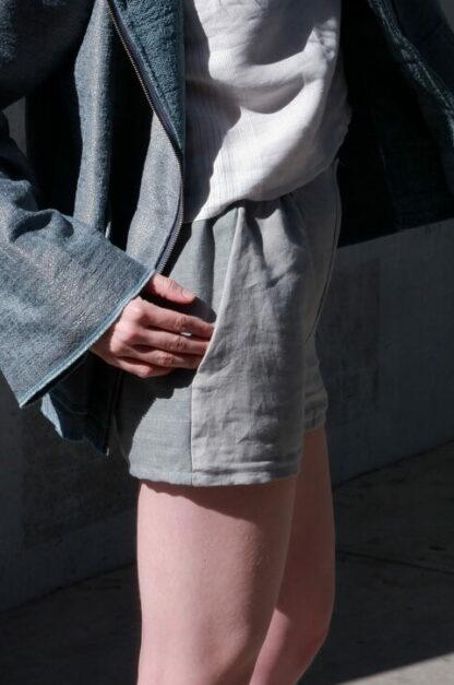 Short QUEBEC in linnen, groen en grijs, sociaal en lokaal geproduceerd.