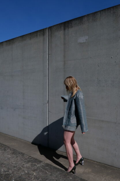Longsleeve jas KILO in interieurstof , groen, gerecycleerd textiel van Annabel Textiles, sociaal en lokaal geproduceerd.