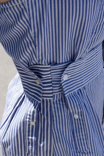 DETAIL dress TANGO in gerecycleerde hemden, wit-blauw-gestreept, sociaal en lokaal geproduceerd