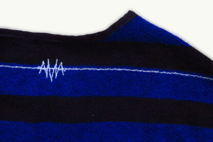 shortsleeve T-shirt HOTEL in handdoekstof, zwart en blauw, gerecycleerd textiel van clarysse, sociaal en lokaal geproduceerd.